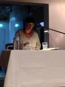 Edna Schuchardt bei einer Ostfriesenkrimi-Lesung in Leer