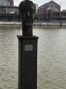 Eine Skulptur am Hafen