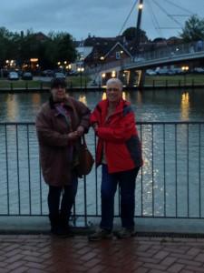 Susanne Ptak und Edna Schuchardt am Leeraner Hafen