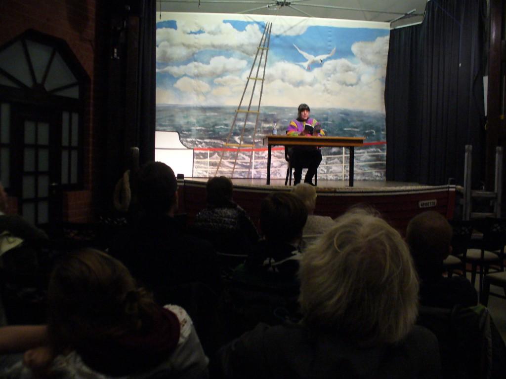 Susanne Ptak bei der Ostfrieslandkrimi-Lesung in Greetsiel