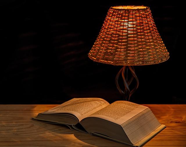 Buch und Lampe