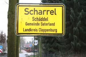 Im Saterland sind die Ortsschilder zweisprachig