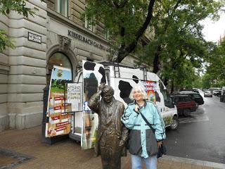 Andrea Klier neben der Statue von Columbo
