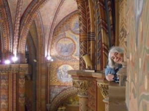 Ostfriesenkrimi Autorin Andrea Klier in einer Kirche