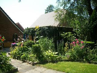 Ostfrieslandkrimi Autorin Ele Wolff in ihrem Garten