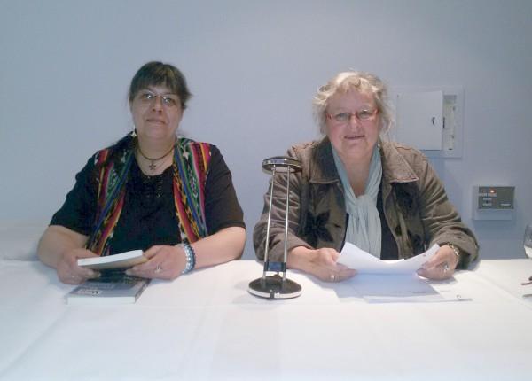 Susanne Ptak und Ele Wolff bei einer Lesung in Leer im Mai 2016