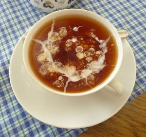 Tee-mit-Sahnewolke