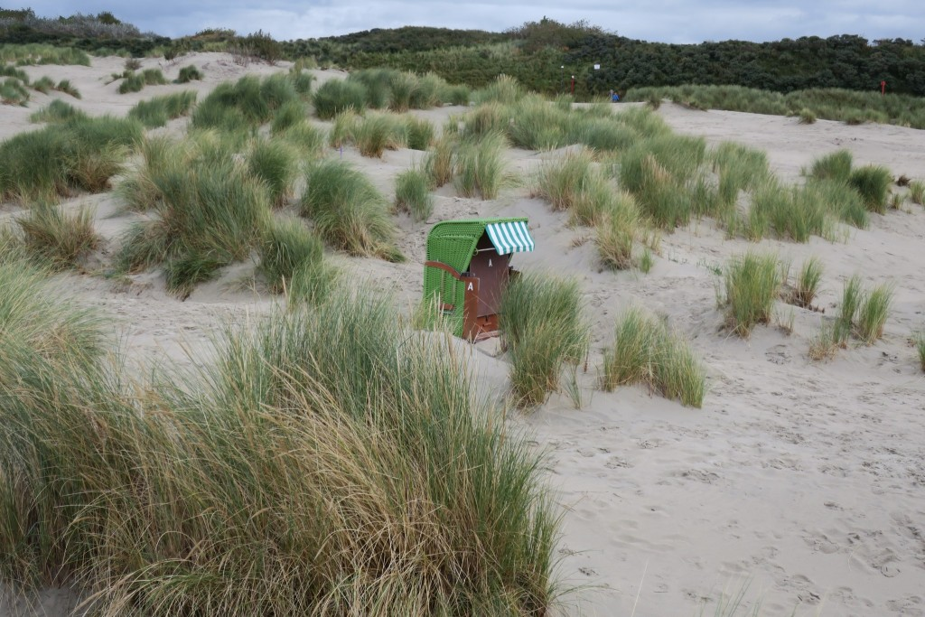 Einsamer Strandkorb in den Dünen