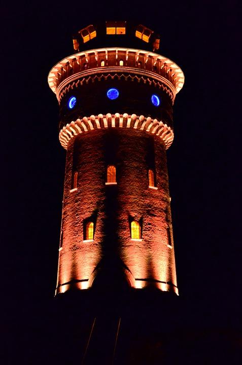 Der beleuchtete Wasserturm am Abend - Quelle: Pixabay