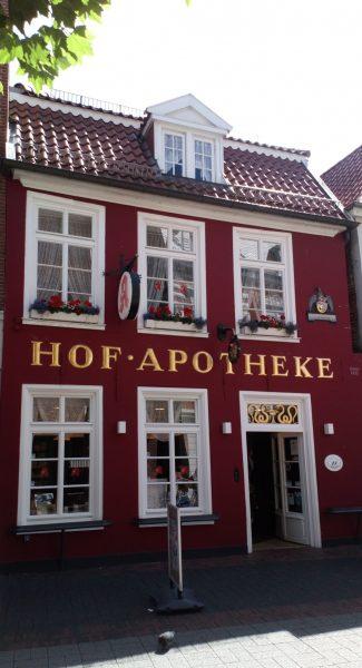 Hofapotheke mit Sprossenfenstern