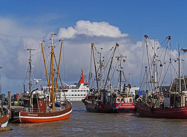 Fischerboote und Spiekeroog Fähre