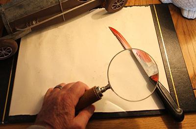 Blutiges Messer wird untersucht
