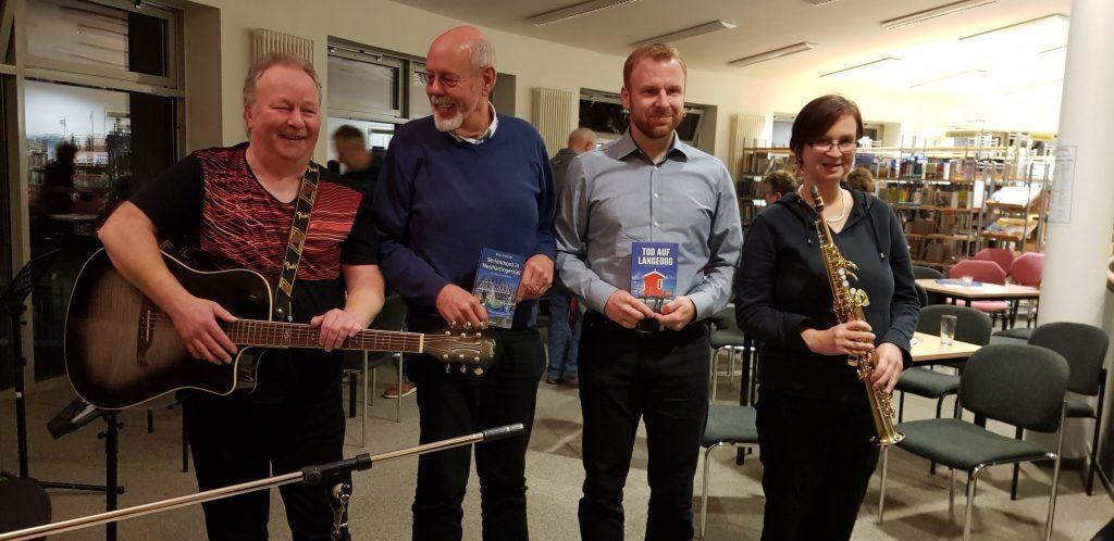 Die Autoren Rolf Uliczka und Thorsten Siemens sowie das Basement-Duo Reiner Mertens und Claudia Hahn bei der Lesung in der Gemeindebibliothek Sande