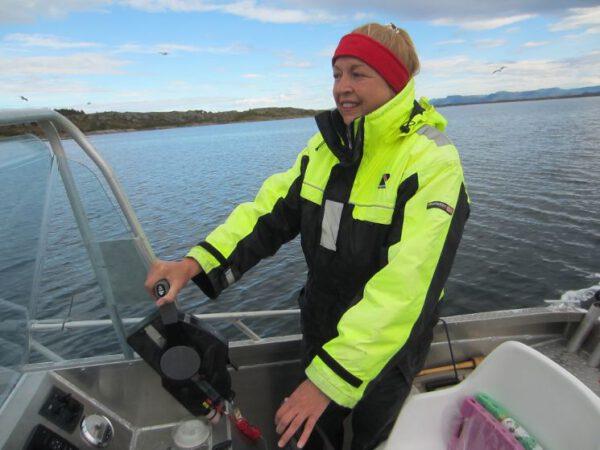 Elke Nansen mit dem Motorboot unterwegs